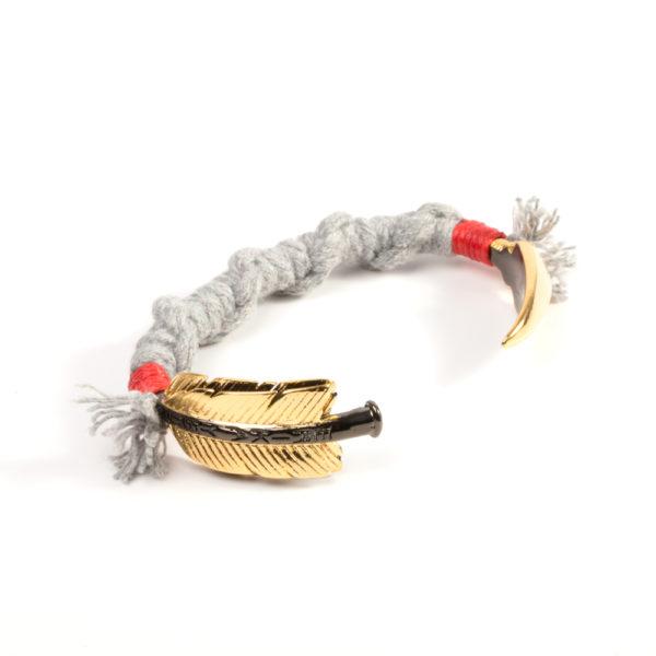 Flecha de bronce bañada en oro amarillo y titanio revestida con algodón natural gris claro.