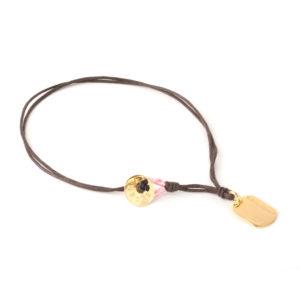 Gargantilla 100% mamá ensamblada con finos algodones impregnados en cera con medalla y botón de bronce bañados en oro amarillo.
