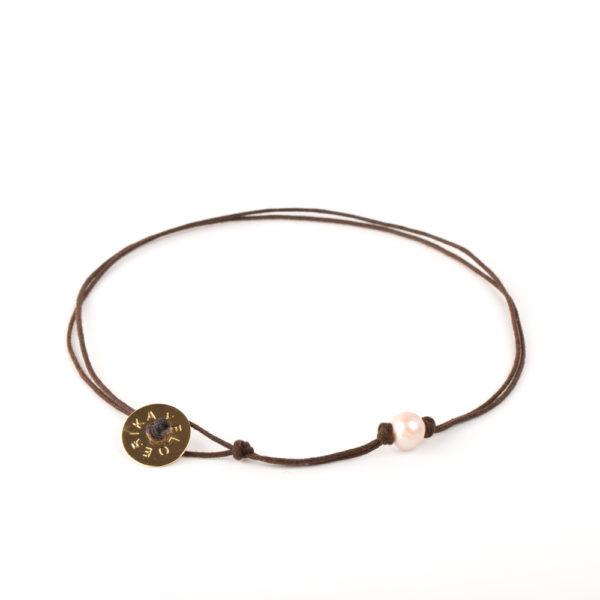 Gargantilla 1 perla ensamblada con hilos de algodones impregnados en cera y boto EY de bronce con baño de oro 24k.