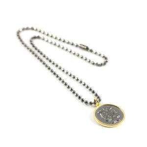 Gargantilla estilo militar con baño titanio y medalla Jano de bronce con baño de oro amarillo.