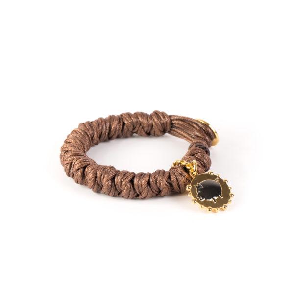 Pulsera Lots Of Knots Toi-Toi-Toi ensamblada con algodones impregnados en cera y medalla bañada en oro amarillo 18k. y baño titanio.