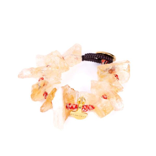 Pulsera Citrine ensamblada con algodones naturales. Dije daga Kartikay y botón de bronce bañado en oro amarillo.