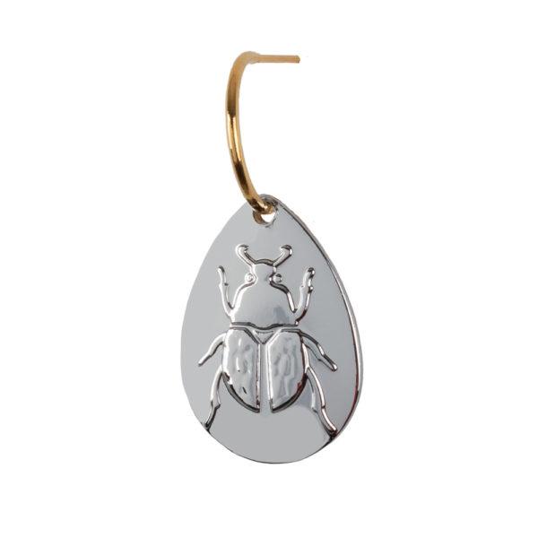 Pendiente Escarabajo de bronce con baño de oro blanco 24k.